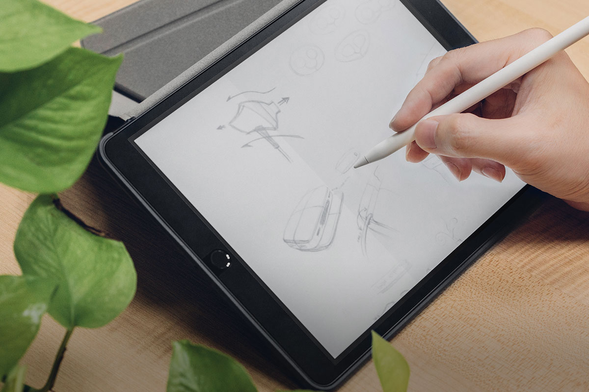 A user drawing on an iPad with their Apple Pencil together with iVisor installed.