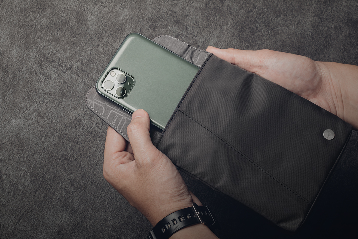 Aro Mini keeps your phone, wallet and essentials close by to make them easy to grab.