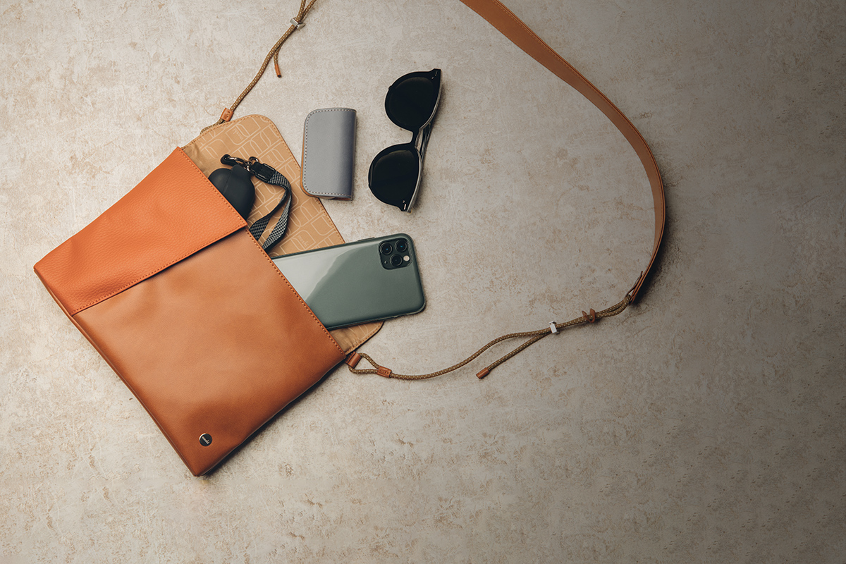Aro is the perfect companion for a day in the city, a night out, or your next outdoor adventure. Lightweight and compact, it has enough room for your essential items and keeps your pockets free of bulk.